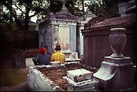 2002-08-01 New Orleans, USA. Couple in Lafayette Cemetery in New Orleans. The graveyard is one of the most famous landmarks of the city.