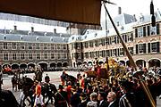 Aankomst koninklijke familie in de gouden koets bij de Ridderzaal op Prinsjesdag 2012. /// Arrival royal family in the golden coach at the Riddrerzaal on &quot;Prinsjesdag&quot;in The Hague<br /> <br /> Op de foto / On the photo:<br />   Koningin Beatrix, kroonprins Willem-Alexander en prinses M&aacute;xima arriveren met de gouden koets