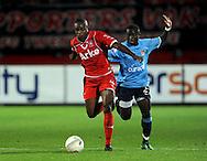 13-09-2008 VOETBAL:FC TWENTE:NEC NIJMEGEN:ENSCHEDE <br /> Saïdi Ntibanzonkiza in duel met Edson Braafheid<br /> Foto: Geert van Erven