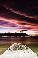 Entulho de construção na Praia do Ribeirão da Ilha ao anoitecer. Florianópolis, Santa Catarina, Brasil. / Construction waste at Ribeirao da Ilha Beach at dusk. Florianopolis, Santa Catarina, Brazil.