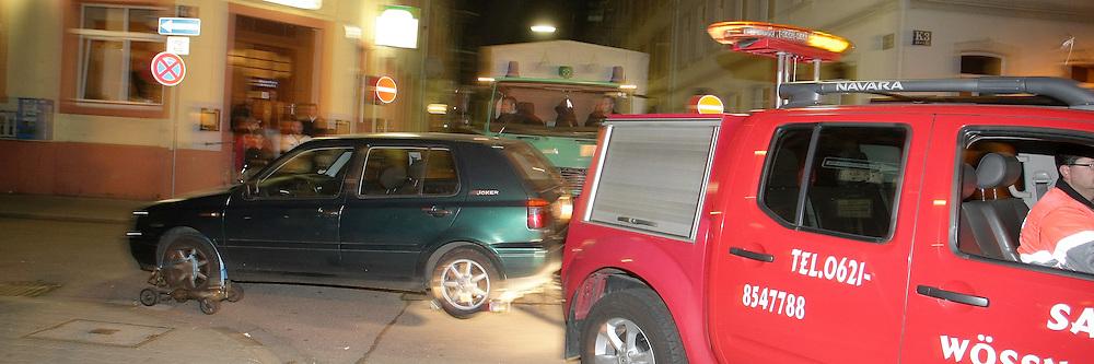 Mannheim. 17.10.2011. Innenstadt. J4. Polizei Schwerpunktaktion. &quot;Eckenparker&quot;. Das hier abgestellte Fahrzeug, ein VW Golf, parkt im 5-Meter Bereich einer Kreuzung. Der Polizei-LKW hat somit keine M&circ;glichkeit abzubiegen. Der &quot;Falschparker&quot; muss abgeschleppt und verwarnt werden.<br /> <br /> Bild: Markus Proflwitz 18OCT11 / masterpress /