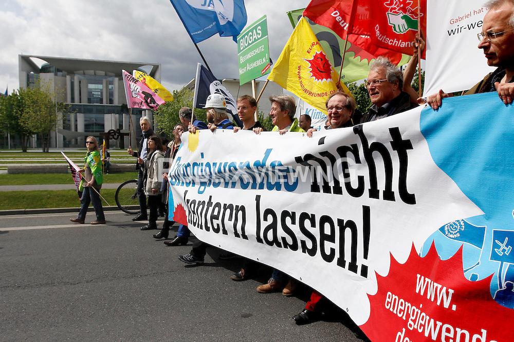 Rund 12 000 Menschen demonstrierten am 10. Mai 2014 in Berlin für die Fortführung der Energiewende und gegen eine erneute Laufzeitverlängerung von AKW. Teil des Protests war ein Wassercorso von über 100 Booten.