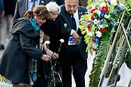 4-5-2016 AMSTERDAM - Sandra Reemer (66) overleden<br /> 06-06-2017<br /> Zangeres en presentatrice Sandra Reemer is dinsdag op 66-jarige leeftijd overleden aan de gevolgen van borstkanker. Dat heeft haar manager en woordvoerder Rik Luijcx bekendgemaakt. sandra reemer legt met haar moeder een krans Amsterdam Queen Maxima and King Willem-Alexander at the wearth laying ceremony (Dodenherdenking) at the WWII memorial at the monument op de Dam in Amsterdam.  COPYRIGHT ROBIN UTRECHT