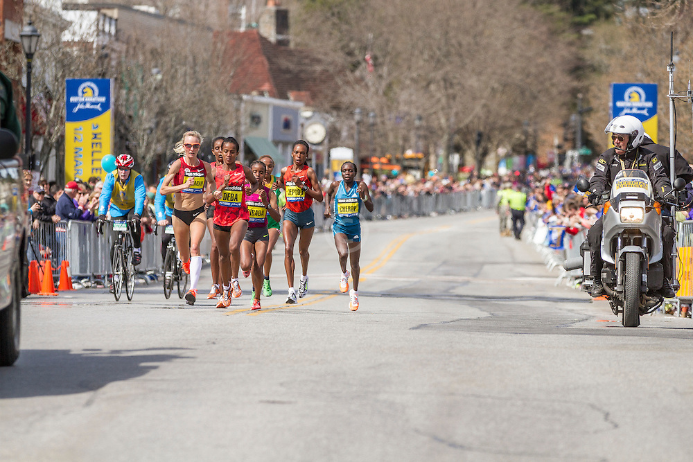 2014 Boston Marathon: Shalane Flanagan leads pack at mid point of race