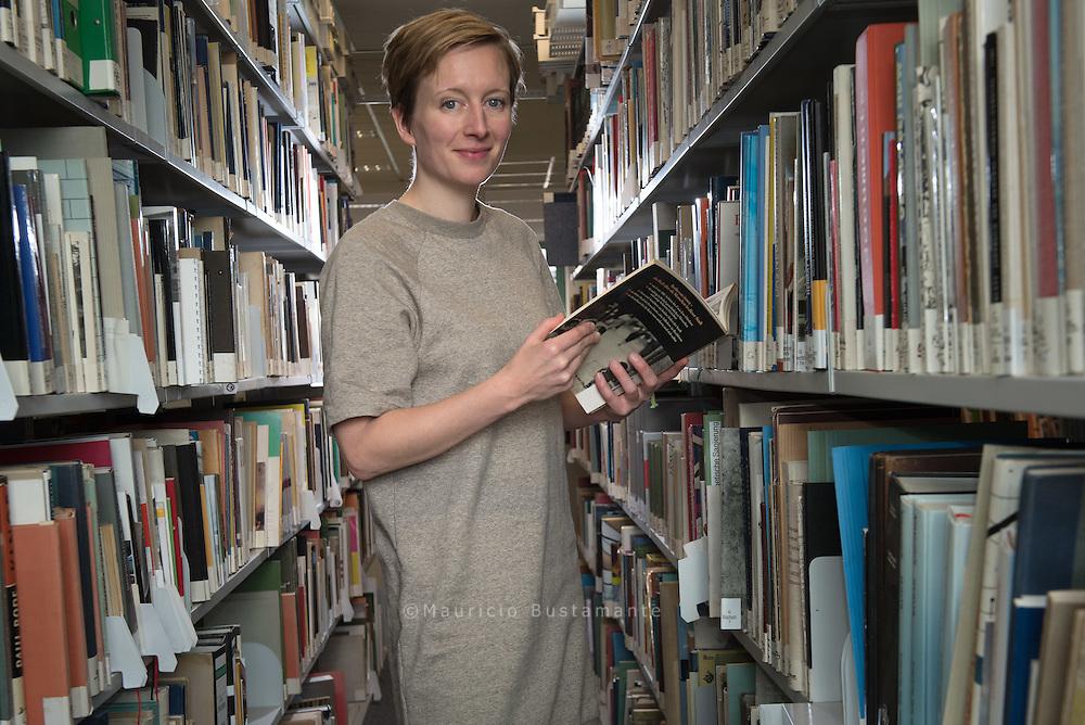 Bibliothek des Denkmalschutzamtes versorgte uns mit Hintergrundinfos für die Tour.<br /> Die Architektin (in Elternzeit) leitete lange Zeit<br /> die &Ouml;ffentlichkeitsarbeit des Denkmalschutzamtes.<br /> Sie engagiert sich im Denkmalverein,<br /> G&auml;ngeviertel und bei leerstandsmelder.de.