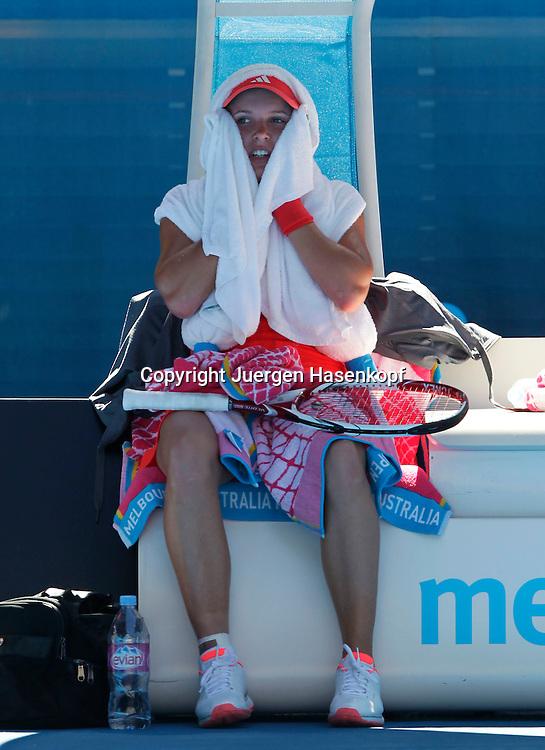 Australian Open 2012, Melbourne Park,ITF Grand Slam Tennis Tournament, Caroline Wozniacki (DEN) versucht sich zu kuehlen waehrend der Spielpause,.Einzelbild,Ganzkoerper,Hochformat,Hitze,