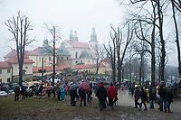 """06 APR 2012, KALWARIA ZEBRZYDOWSKA/POLAND:<br /> Pilger steigen vom Berg Golgota zur Basilika Bazylika Matki Bozej Anielskiej und dem Franziskaner-Kloster hinab.<br /> An der polnischen Wallfahrtsstaette Kalwaria Zebrzydowska kommen in der Karwoche alljaehrlich tausende von Katholiken zusammen, um als Pilger den Andachtsweg """"Pfad des Herrn Jesus"""" zu beschreiten, auf dem als Passionsspiel die Leiden Jesus Christus nachgespielt werden. Die zweitaegige Prozession fuehrt ueber einen mit vielen kleinen Kirchen und Kapellen gesaeumten Kreuzweg. <br /> IMAGE: 20120406-01-084<br /> KEYWORDS: Mysterienspiel, Passionsspiel. Pilgerstaette, Ostern, Osterprozession, Pligerstätte, Pilgerpfad, Glaeubige, Gäubige"""