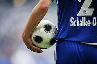 FUSSBALL     1. BUNDESLIGA     SAISON 2007/2008   30. SPIELTAG Hamburger SV - FC Schalke 04                                      26.04.2008 Symbolbild: Schalke-Spieler mit Ball unter dem Arm
