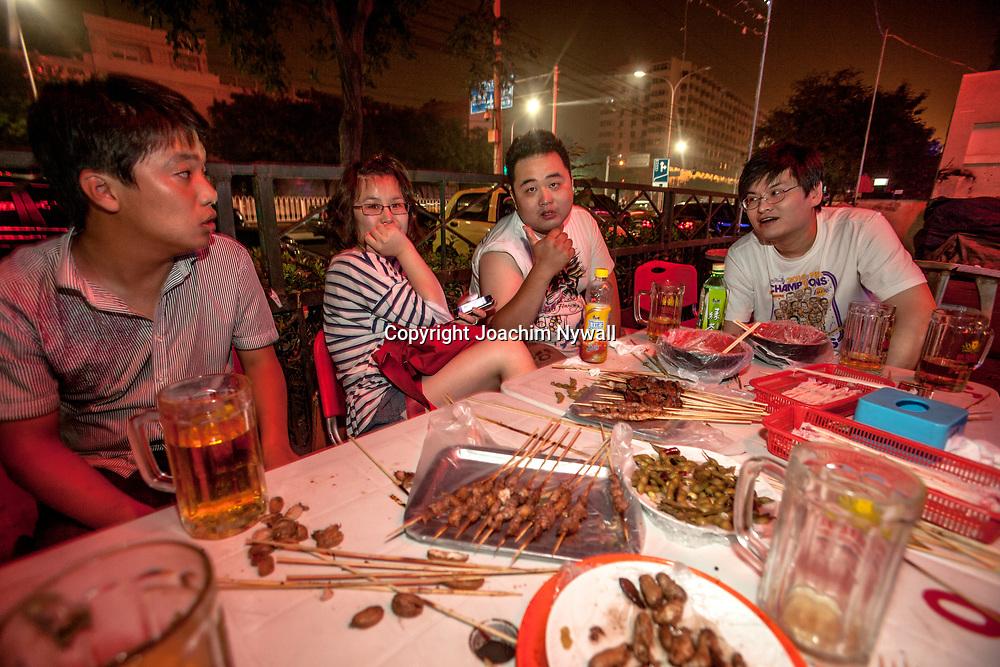 2011 08 Beijing  China Peking Kina<br /> Studenter p&aring; en gaturestaurang i Beijing<br /> <br /> ----<br /> FOTO : JOACHIM NYWALL KOD 0708840825_1<br /> COPYRIGHT JOACHIM NYWALL<br /> <br /> ***BETALBILD***<br /> Redovisas till <br /> NYWALL MEDIA AB<br /> Strandgatan 30<br /> 461 31 Trollh&auml;ttan<br /> Prislista enl BLF , om inget annat avtalas.