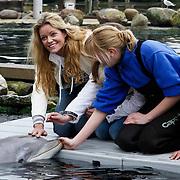 NLD/Harderwijk/20100320 - Opening nieuwe Dolfinarium seizoen met nieuwe show, Inge de Bruijn aait een dolfijn