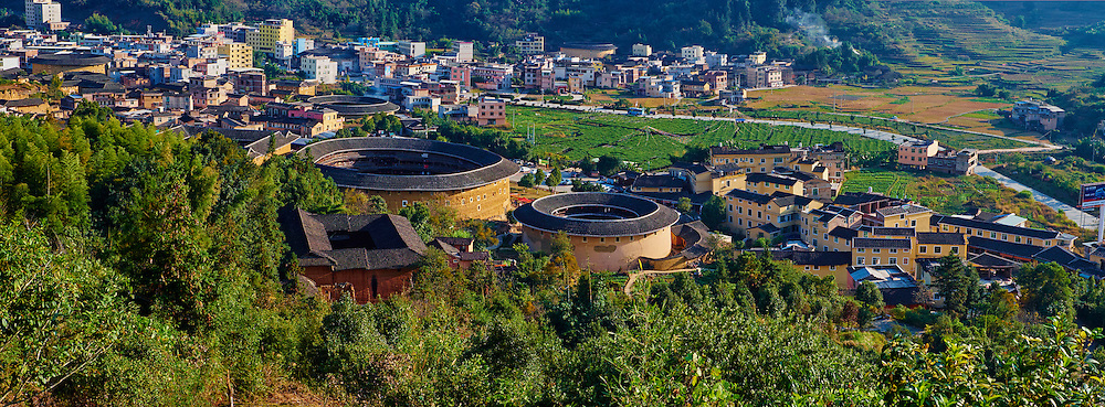 """Chine, Province du Fujian, village de Zhencheng Lou, maison forteresse en terre et en bois où logent les membres d'une meme famille de l'ethnie Hakka, inscrit au patrimoine mondial de l'Unesco // China, Fujian province, Zhencheng Lou village, Tulou mud house. well known as the Hakka Tulou region, in Fujian. In 2008, UNESCO granted the Tulou """"Apartments"""" World Heritage Status, siting the buildings as exceptional examples of a building tradition and function exemplifying a particular type of communal living and defensive organization. The Fujian Tulou is """"the most extraordinary type of Chinese rural dwellings"""" of the Hakka minority group and other people in the mountainous areas in southwestern Fujian."""