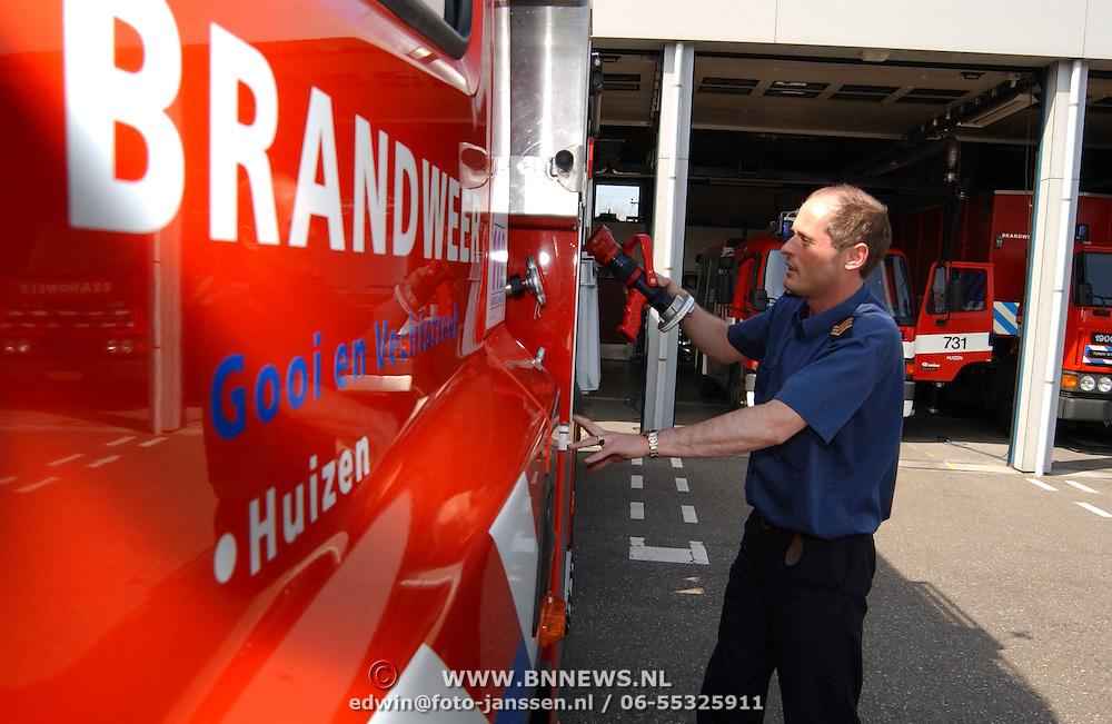 Brandweer Huizen, Kees pleegt onderhoud, 731, luchtflessen, Kees Dorhout