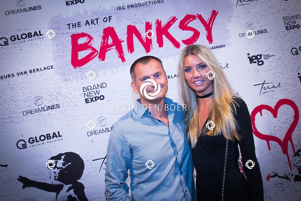 AMSTERDAM - In de Beurs van Berlage is de opening van de tentoonstelling Banksy. Met hier op de foto Eelko Van Kooten met partner Caitlyn Courtney Vogel. FOTO LEVIN EN PAULA PHOTOGRAPHY VOF