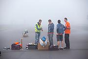 Het team maakt de VeloX IV klaar voor de recordpoging. In Duitsland probeert het Human Power Team Delft en Amsterdam (HPT), dat bestaat uit studenten van de TU Delft en de VU Amsterdam, het uurrecord te verbreken op de Dekrabaan met de VeloX4. Dat staat momenteel op 90,4 km. In september wil het HPT daarna een poging doen het wereldrecord snelfietsen te verbreken, dat nu op 133 km/h staat tijdens de World Human Powered Speed Challenge.<br /> <br /> The Human Power Team Delft and Amsterdam, consisting of students of the TU Delft and the VU Amsterdam, tries to set a new hour record on a bicycle with the special recumbent bike VeloX4. The current record is 90,4 km. They also wants to set a new world record cycling in September at the World Human Powered Speed Challenge. The current speed record is 133 km/h.