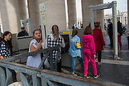 Rom e Sinti si apprestano a passare i controlli di sicurezza per accedere all'udienza papale in occasione del Pellegrinaggio Mondiale del Popolo Gitano a Roma - Gypsies at the security checks on the way to the Papal Audience at the Vatican, World Pilgrimage of the People of the Gypsies and Travellers in Rome.
