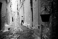 """""""Salento on Street"""".e? un lavoro fotografico che ha come oggetto scene quotidiane, che avvengono in strada o in luoghi pubblici salentini...centro storico di Ostuni-scena di vita quotidiana"""