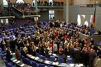 17 OCT 2003, BERLIN/GERMANY:<br /> Abgeordneten werfen ihre Stimmkarten in die Wahlurnen, waehrend einer namentlichen Abstimmung, Plenum, Deutscher Bundestag<br /> IMAGE: 20031017-01-004<br /> KEYWORDS: Übersicht, Uebersicht, Plenum, Plenarsaal, Saal