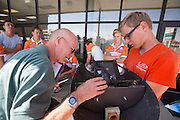 De VeloX3 wordt aan een technische keuring onderworpen. In Battle Mountain (Nevada) wordt ieder jaar de World Human Powered Speed Challenge gehouden. Tijdens deze wedstrijd wordt geprobeerd zo hard mogelijk te fietsen op pure menskracht. Ze halen snelheden tot 133 km/h. De deelnemers bestaan zowel uit teams van universiteiten als uit hobbyisten. Met de gestroomlijnde fietsen willen ze laten zien wat mogelijk is met menskracht. De speciale ligfietsen kunnen gezien worden als de Formule 1 van het fietsen. De kennis die wordt opgedaan wordt ook gebruikt om duurzaam vervoer verder te ontwikkelen.<br /> <br /> In Battle Mountain (Nevada) each year the World Human Powered Speed Challenge is held. During this race they try to ride on pure manpower as hard as possible. Speeds up to 133 km/h are reached. The participants consist of both teams from universities and from hobbyists. With the sleek bikes they want to show what is possible with human power. The special recumbent bicycles can be seen as the Formula 1 of the bicycle. The knowledge gained is also used to develop sustainable transport.