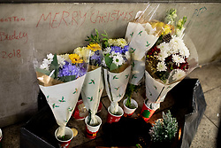 © Licensed to London News Pictures. 20/12/2018. London, UK. Tributes are seen for Hungarian national Gyula Remes, who was found collapsed on 18 December. He died in hospital the following day. According to official statistics published for the first time by the Office for National Statistics, 597 homeless people died in England and Wales in 2017. Photo credit : Tom Nicholson/LNP