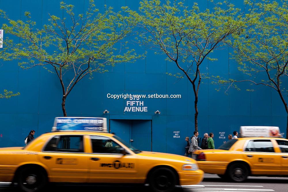 New york - fifth avenue. blue wall and works . / mur bleu et travaux  sur la cinquieme avenue . Manhattan.