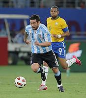 FUSSBALL   INTERNATIONAL   Testspiel  in  Doha  17.11.2010 Argentinien - Brasilien Ezequiel Lavezzi (Argentinien) am Ball beobachtet von ROBINHO (hinten, Brasilien)