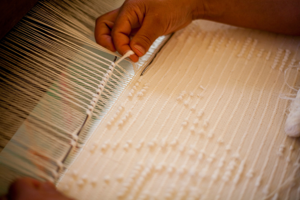 Pedra do Indaia_MG, Brasil...Detalhe da mao da mulher que trabalha em um tear manual para fazer colchas que serao vendidas em Divinopolis...Detail of a woman hand working with weaving her quilts will be sold  in Divinopolis...Foto: LEO DRUMOND / NITRO