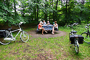 Bij Bosch en Duin pauzeren oudere fietsers bij een picknicktafel tijdens hun fietstocht.<br />