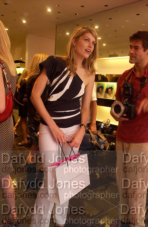 Meredith Ostron, Diane von Furstenberg shop opening, Ledbury Rd. 21 September 2003. © Copyright Photograph by Dafydd Jones 66 Stockwell Park Rd. London SW9 0DA Tel 020 7733 0108 www.dafjones.com