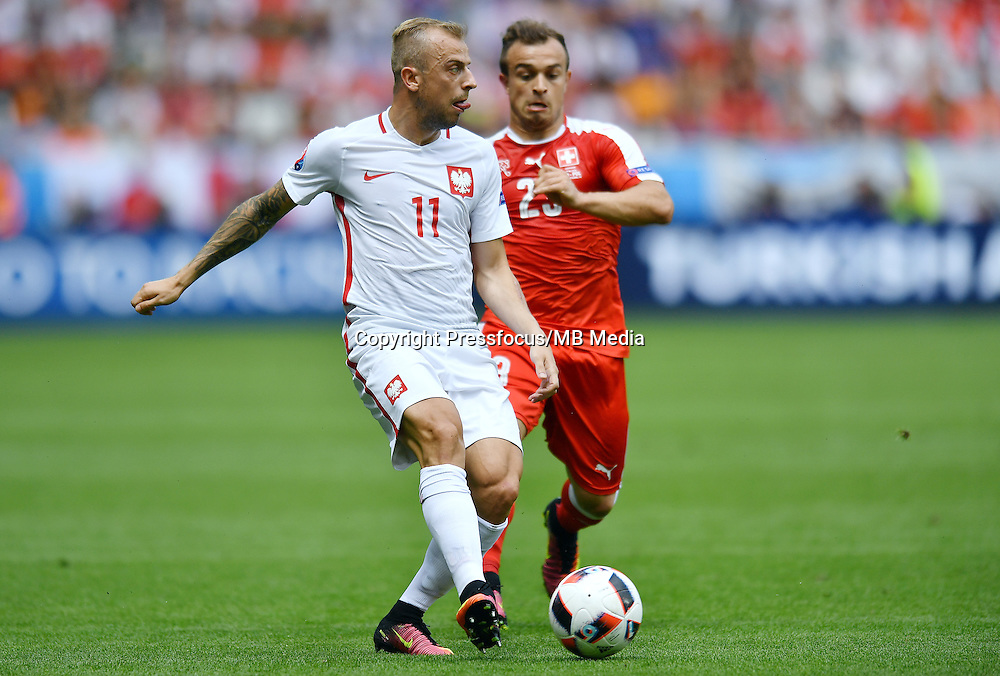 2016.06.25 Saint-Etienne<br /> Pilka nozna Euro 2016<br /> mecz 1/8 finalu Szwajcaria - Polska<br /> N/z Kamil Grosicki Xherdan Shaqiri<br /> Foto Lukasz Laskowski / PressFocus<br /> <br /> 2016.06.25<br /> Football UEFA Euro 2016 <br /> Round of 16 game between Switzerland and Poland<br /> Kamil Grosicki Xherdan Shaqiri<br /> Credit: Lukasz Laskowski / PressFocus