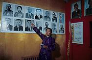 Mongolia. Uliastay . waf museum    / Panthéon local de héros patriotiques. (ville de Uliastay Mongolie) Dans les musées de province, un secteur est souvent réservé aux héros de la Révolution mongole et à ceux de la guerre contre les armées japonaises. Ici, un pan de mur est composé du médaillon aux armes de la République Populaire de Mongolie, devenu caduque, entouré du buste de LENINE et de SUKBAATAR (platre peint). Au-dessus, les portraits encadrés des héros de guerre, de simples soldats. (Musée de la ville de ULIASTAY, aymag de ZAVQAN,   Uliastay  Mongolie