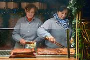 Duitsland, Marburg, 1-12-2012Op een kerstmarkt wordt Bratwurst,bratworst,braadworst, verkocht.Foto: Flip Franssen/Hollandse Hoogte