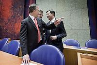 Nederland. Den Haag, 25 maart 2009.<br /> Bos vraagt Balkenende waar hij moet gaan zitten. Rouvoet, Bos en balkenende leggen in de Tweede Kamer een verklaring af n.a.v. het gesloten akkoord. De top van het kabinet en de sociale partners hebben gisteravond laat een principe-akkoord gesloten. Coalitieberaad, crisisakkoord<br /> Foto Martijn Beekman