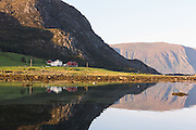 Igesund, Nearby Fosnavåg, Norway in beutiful morning light | Tidlig morgenlys på Igesund ved Fosnavåg, med flatt hav og spegling i sjøen