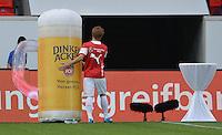 FUSSBALL  1. Bundesliga   2014/2015   Testspiel  1. FC Heidenheim - VfB Stuttgart   26.07.2014 SCHMUCKBILD; Gotoku Sakai (Mitte, VfB Stuttgart) umarmt ein ueber grosses Dinkel Acker Bierglas