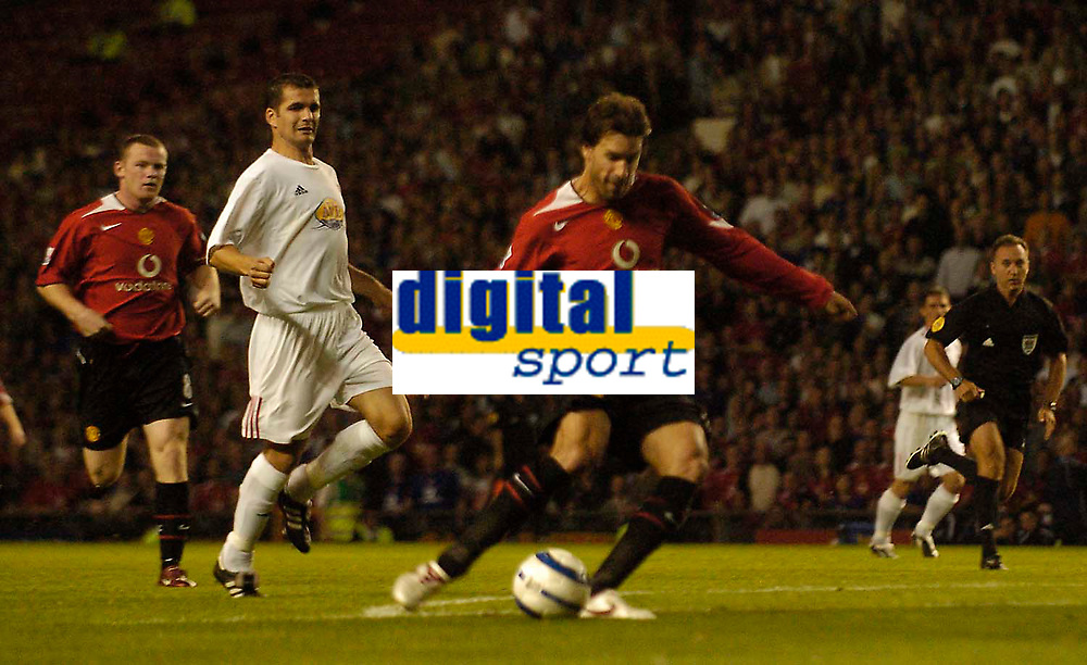 Fotball<br /> England 2005/2006<br /> Foto: SBI/Digitalsport<br /> NORWAY ONLY<br /> <br /> Manchester United v Debrecen VSC. UEFA Champions League Qualifier.<br /> 09/08/2005.<br /> <br /> Manchester United's Ruud van Nistelrooy scores their second goal of the game.