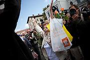 Menschenmenge während dem Wahlkampfauftritt zur Europawahl der Oppositionspartei CSSD in Tschechien im Prager Stadtteil Holesovice. Eine aeltere Dame stellt sich zwischen Fotografen und Anti CSSD Demonstranten.