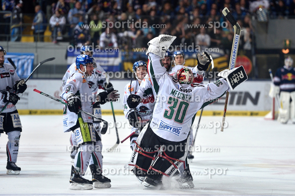 09.10.2015, Olympia-Eisstadion, Muenchen, GER, DEL, EHC Red Bull M&uuml;nchen vs Augsburger Panther, 9. Runde, im Bild Ben Meisner, Torwart (Augsburger Panther) juebelt mit seinem Team, // during the German DEL Icehockey League 9th round match between EHC Red Bull M&uuml;nchen and Augsburger Panther at the Olympia-Eisstadion in Muenchen, Germany on 2015/10/09. EXPA Pictures &copy; 2015, PhotoCredit: EXPA/ Eibner-Pressefoto/ Buthmann<br /> <br /> *****ATTENTION - OUT of GER*****