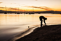 Silhueta de homem à beira da água na Praia de Santo Antonio de Lisboa. Florianópolis, Santa Catarina, Brasil. / Silhouette of man by the sea at Santo Antonio de Lisboa Beach. Florianopolis, Santa Catarina, Brazil.