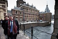 Nederland. Den Haag, 13 januari 2010.<br /> Wouter Bos verlaat het ministerie van Algemene Zaken na overleg met premier Balkenende, daags na de presentatie van het rapport van de commissie Davids. De PvdA is erg ongelukkig met de wijze waarop Balkenende gisteren vragen beantwoordde op de persconferentie. Een breuk in de coalitie dreigt. Coalitie, Balkenende IV, vierde kabinet Balkenende. Het Torentje<br /> Foto Martijn Beekman