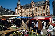 Deutschland Germany Hessen.Hessen, Wiesbaden.Wochenmarkt auf dem Dernschen Gel?nde vor dem Rathaus., market near guild hall...