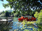 Röd båt i Årtaviken