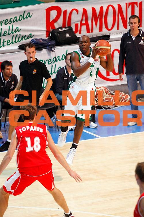 DESCRIZIONE : Bormio Lega A1 2008-09 Amichevole Montepaschi Siena Vladivostok<br /> GIOCATORE : Henry Domercant<br /> SQUADRA : Montepaschi Siena<br /> EVENTO : Campionato Lega A1 2008-2009 <br /> GARA : Montepaschi Siena Vladivostok<br /> DATA : 06/09/2008 <br /> CATEGORIA : Rimbalzo<br /> SPORT : Pallacanestro <br /> AUTORE : Agenzia Ciamillo-Castoria/G.Cottini