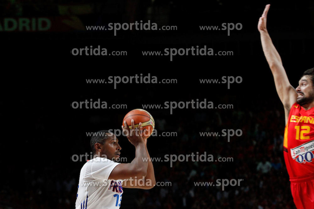 10.09.2014, Palacio de los deportes, Madrid, ESP, FIBA WM, Frankreich vs Spanien, Viertelfinale, im Bild Spain´s Sergio Llull (R) and France´s Diaw // during FIBA Basketball World Cup Spain 2014 Quarter-Final match between France and Spain at the Palacio de los deportes in Madrid, Spain on 2014/09/10. EXPA Pictures © 2014, PhotoCredit: EXPA/ Alterphotos/ Victor Blanco<br /> <br /> *****ATTENTION - OUT of ESP, SUI*****