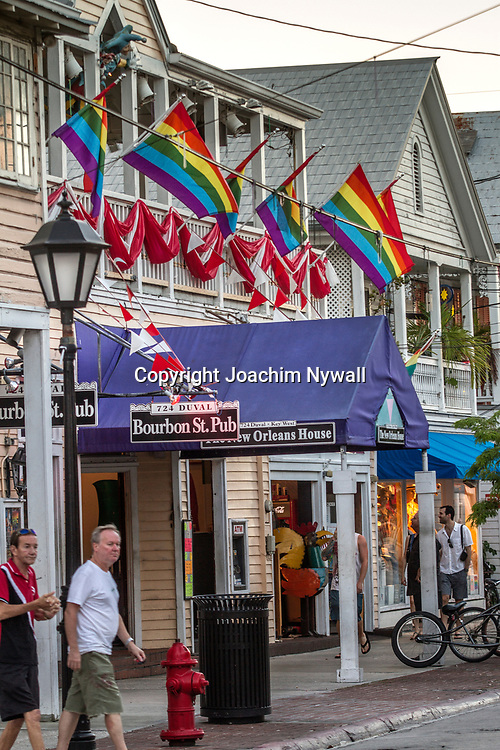 Key West 2015 11 23 Florida<br /> Klassiska Key West hus med regnb&aring;gsflaggor vid<br /> Duval street <br /> <br /> <br /> FOTO : JOACHIM NYWALL KOD 0708840825_1<br /> COPYRIGHT JOACHIM NYWALL<br /> <br /> ***BETALBILD***<br /> Redovisas till <br /> NYWALL MEDIA AB<br /> Strandgatan 30<br /> 461 31 Trollh&auml;ttan<br /> Prislista enl BLF , om inget annat avtalas.