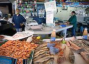 Frankrijk, Rouen, 6-9-2005..Vis, garnalen te koop op de markt. Visserij, visconsumptie, voedsel, vishandel, zee, hygiene voedsel...Foto: Flip Franssen/Hollandse Hoogte