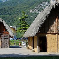 A sinistra la Palafitta del fabbro, a destra, la Palafitta più grande, quella del capo tribù