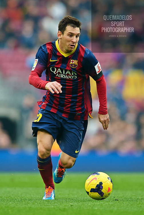 BARCELONA, SPAIN - FEBRUARY 01:   Lionel Messi of FC Barcelona runs with the ball during the La Liga match between FC Barcelona and Valencia CF at Camp Nou on February 1, 2014 in Barcelona, Spain.  (Photo by Manuel Queimadelos Alonso/Getty Images)