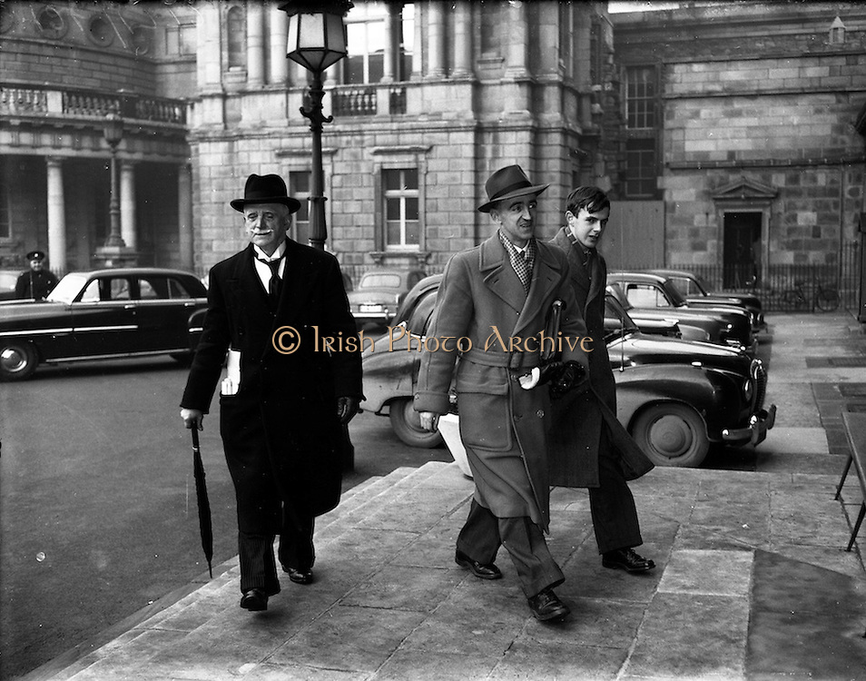 04/02/1953<br /> 02/04/1953<br /> 04 February 1953<br /> Alderman Alfred Byrne T.D., and his sons Tom Byrne, T.D. and Sylvester, the youngest of the family arriving at Leinster House at the resumption of the Dail after Christmas recess.