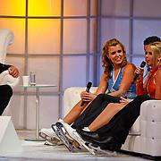 NLD/Hilversum/20110128 - Live show Sterren Dansen op het IJs2011, Jenny en Monique Smit op de bank bij Gerard Joling