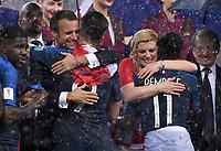 FUSSBALL  WM 2018  FINALE  ------- Frankreich - Kroatien    15.07.2018 Praesident Emmanuel Macron (li, Frankreich) herzt Olivier Giroud, Praesidentin Kolinda Grabar-Kitarovic (re, Kroatien)  herzt Ousmane Dembele